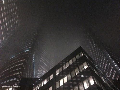 la défense tours dans le brouillard