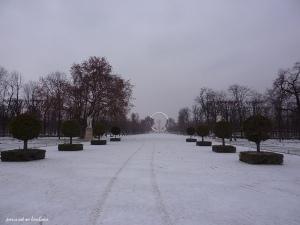 Paris jardin des Tuileries sous la neige avec grande route - décembre 2010